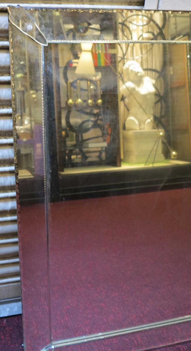 miroir venitien rectangulaire sobre a bords ext rieurs guilloch s. Black Bedroom Furniture Sets. Home Design Ideas