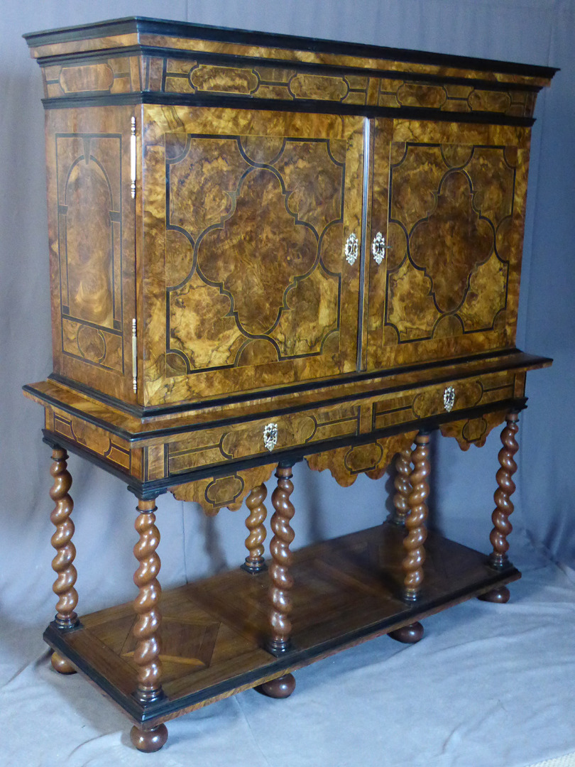 Cabinet en marqueterie XVIII travail dauphinois
